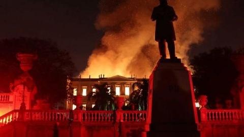 فیلمی از آتش گرفتن موزه ملی برزیل در ریودوژانیرو با حدود ۲۰ میلیون اشیای باستانی