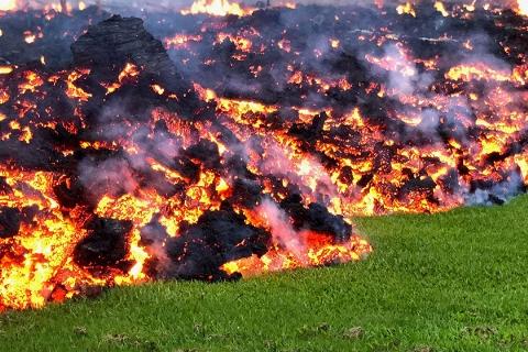 ویدیو؛ وضعیت فوق العاده و وحشتناک در جزیره هاوایی بعد از فوران آتشفشان