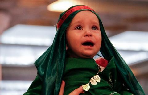 مادرهای ایرانی پسرهای زیبایشان را پیشکش مظلومیت مردترین مردِ عالم کردند/ تمام ایران در سوگ علی اصغر امام حسین (ع)
