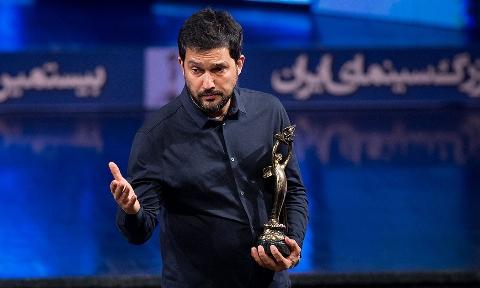 لحظه دریافت جایزه بهترین بازیگر نقش اول مرد جشن خانه سینما توسط حامد بهداد