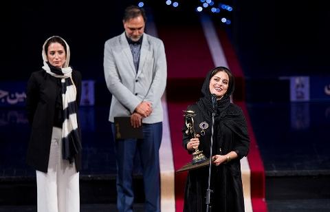 لحظه دریافت جایزه بهترین بازیگر نقش اول زن جشن خانه سینما توسط غزل شاکری