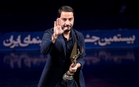 لحظه دریافت جایزه بهترین بازیگر مکمل مرد جشن خانه سینما توسط نوید محمدزاده