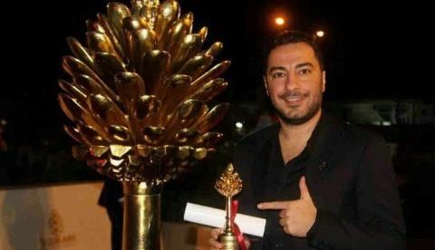 کُردی حرف زدن «نوید محمدزاده» لحظه دریافت جایزه بهترین بازیگری جشنواره سلیمانیه