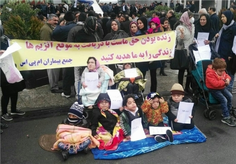 تجمع خانوادههای بیماران مبتلا به اس.ام.ای صبح امروز (۸ مهر) مقابل وزارت بهداشت + فیلم
