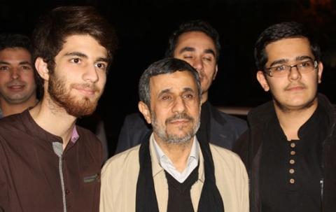 حضور محمود احمدی نژاد در آشپزخانه هیئت نارمک در عاشورای ٩٧
