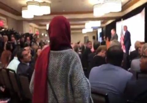 فریادهای یک زن هنگام سخنرانی ضد ایرانی پمپئو