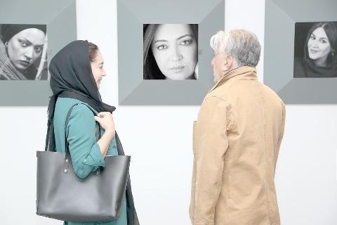 گزارش اختصاصى تى وى پلاس از نمايشگاه عكس پيام ايرايى در موزه هنرهای زیبای کاخ سعدآباد: تا عاشق نباشی، نمی توانی عکاسی کنی/ یک بازیگر دوست دارد عمل زیبایی یکند، به من ربطی ندارد من نمی توانم قضاوتشان کنم