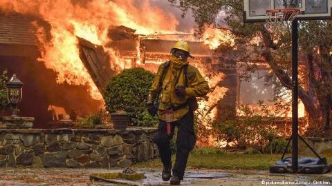 آخر الزمان در کالیفرنیا!/ ثبت فرار یک خانواده از میان دود و آتش در جریان آتش سوزی در جنگل های کالیفرنیا