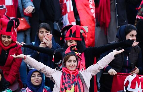 تشویق ایسلندی زنان در ورزشگاه آزادی
