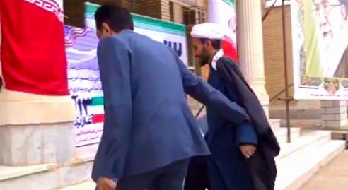 درگیری باورنکرنی امام جمعه و بخشدار برای سخنرانی 13 آبان ! + فیلم