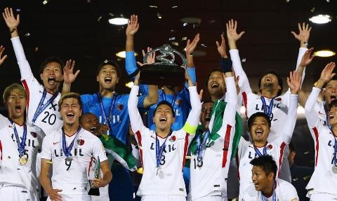 لحظه اهدای مدال طلا و جام قهرمانی لیگ قهرمانان آسیا به بازیکنان و تیم کاشیما آنتلرز ژاپن