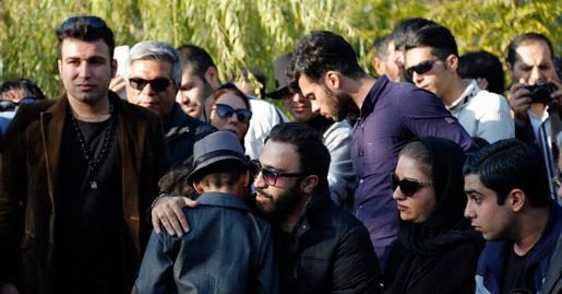 به مناسبت چهارمین سالگرد فوت مرتضی پاشایی/ تجمع مردم روبروی بیمارستان محل فوت مرتضی پاشایی