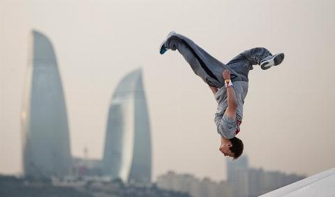 تماشای این ویدیو به بیماران قلبی توصیه نمی شود!/ پارکور نفسگیر روی بام برجهای هنگکنگ